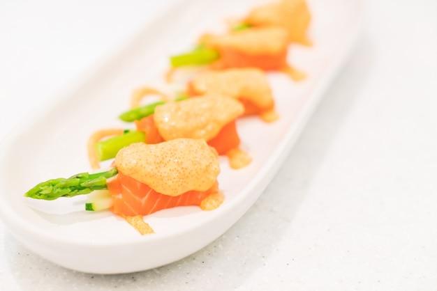 Rollitos de salmón con espárragos
