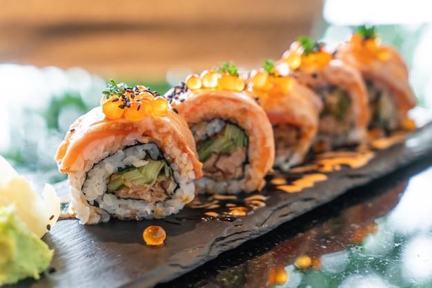 Rollitos de sushi de salmón con foie gras