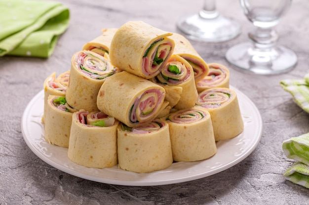Rollitos de tortilla con jamón, queso crema y lechuga