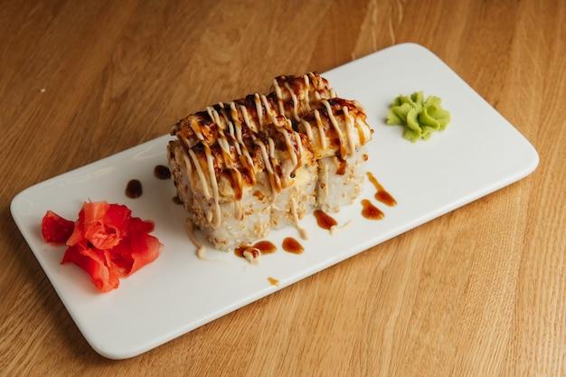 Rollo al horno con camarones y tapa de caviar masago. plato tradicional de restaurante de sushi, elemento del menú