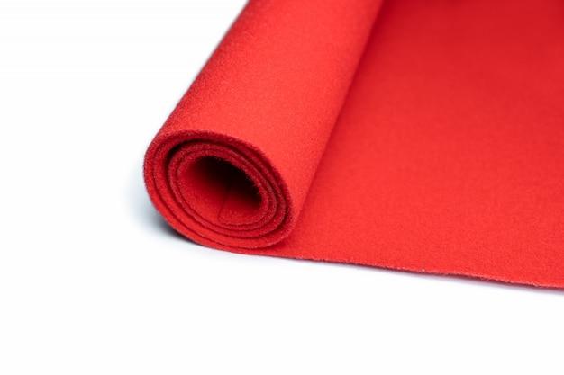 Rollo de alfombras en blanco aislado