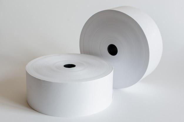 Rollo de cinta de caja registradora aislado en gris suave.