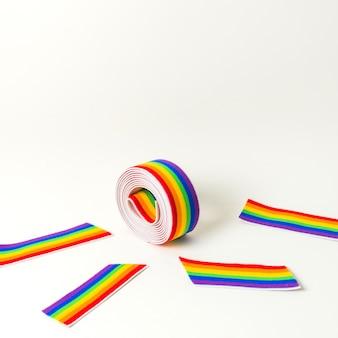 Rollo de cinta y cinta en colores lgbt brillantes.