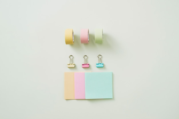 Rollo de cinta de papel, clips de papel y cuadernos sobre una mesa de madera, material escolar, material de oficina, regreso a la escuela
