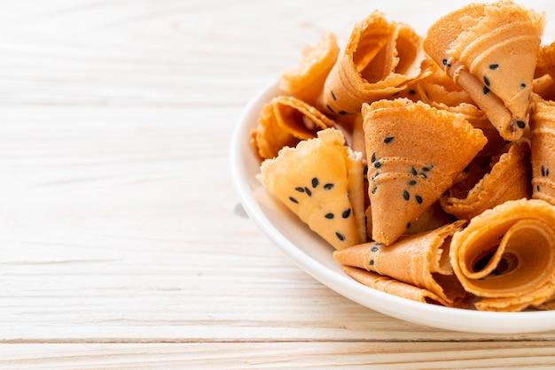 Rollo de coco crujiente (snack asiático) en la mesa