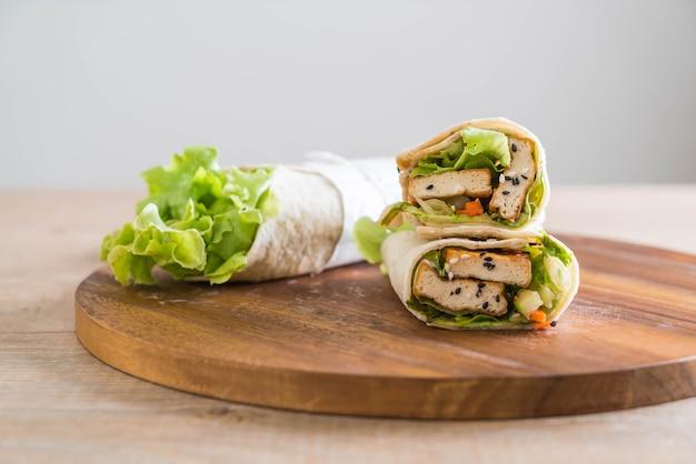 Rollo de ensalada de envoltura de tofu