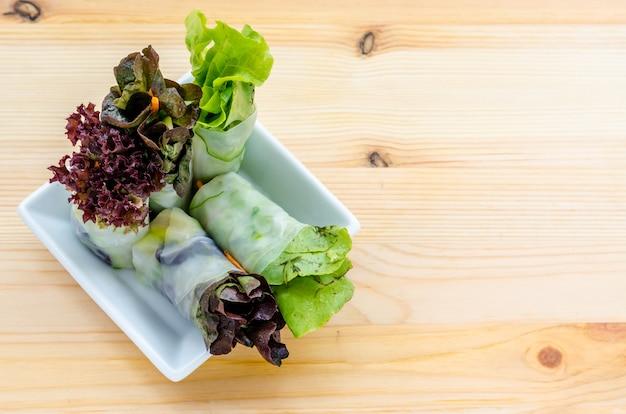 Rollo de ensaladas, rollo de primavera de fideos con vegetales frescos, comida limpia