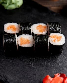 Rollo de maki servido con jengibre y wasabi