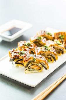 Rollo de maki de sushi de anguila o unagi a la parrilla con salsa dulce