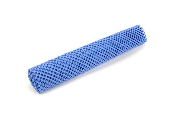 Rollo de material de amortiguación azul aislado.