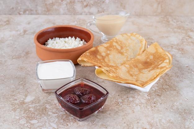 Rollo de panqueques con requesón y mermelada de fresa.