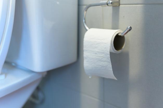 Rollo de papel de baño o papel higiénico en enfoque selectivo