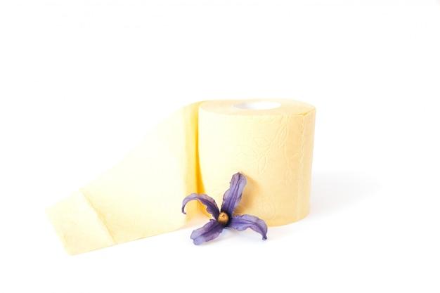 Rollo de papel higiénico amarillo con flor