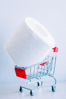 Un rollo de papel higiénico blanco en un carrito de compras.
