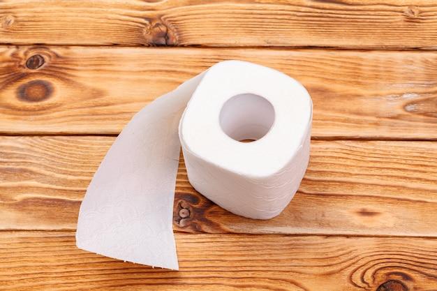 Rollo de papel higiénico de cerca en madera