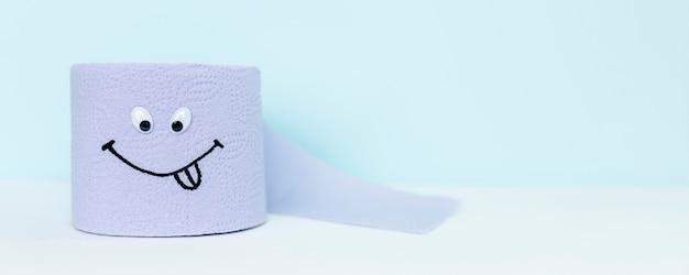 Rollo de papel higiénico con ojos y carita sonriente