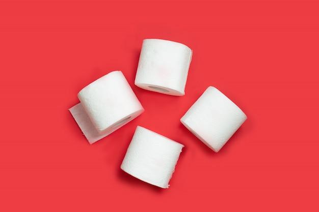 Rollo de papel higiénico en la pared roja. copia espacio