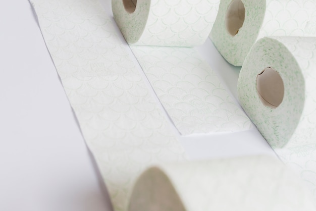 Rollo de papel higiénico sobre fondo blanco