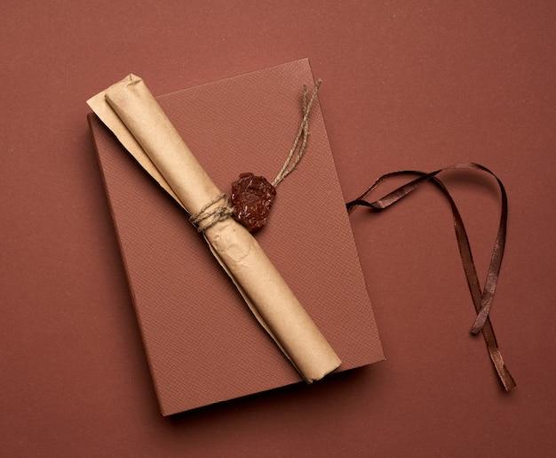 Rollo de papel marrón sellado con sello de cera, vista superior, cerrar