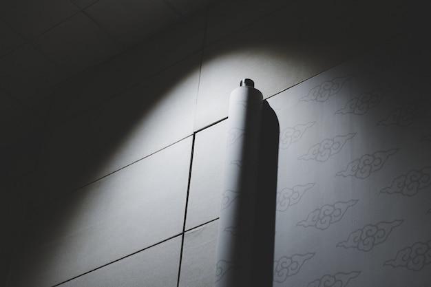 Rollo de papel pintado iluminado por luz artificial.