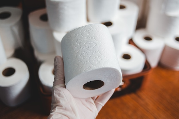 Rollo de papel de seda blanco sobre mesa de madera marrón