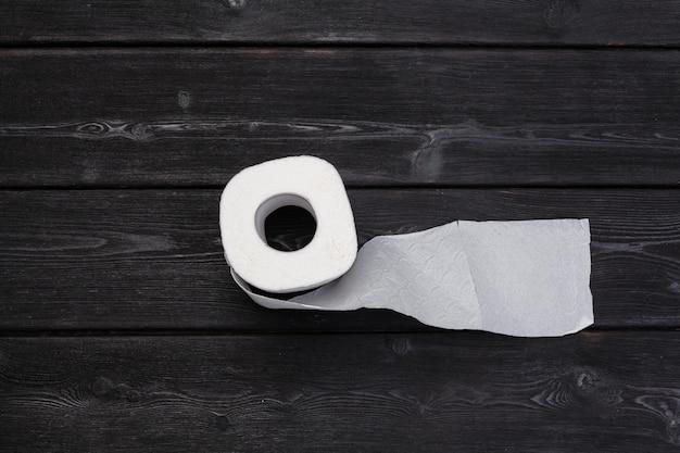 Rollo de papel toalla sobre madera