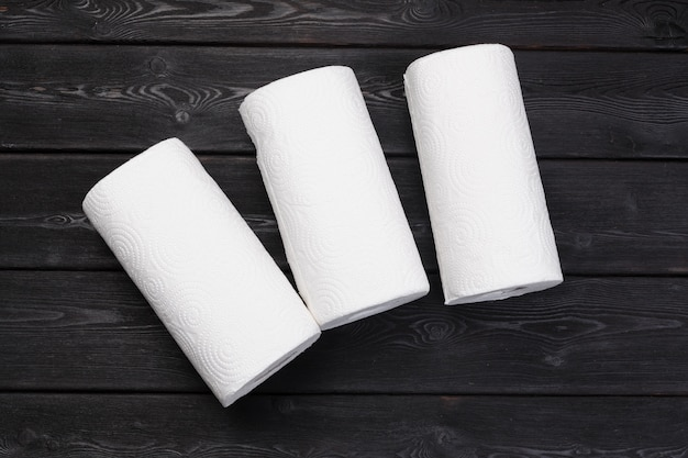 Rollo de papel toalla sobre mesa de madera