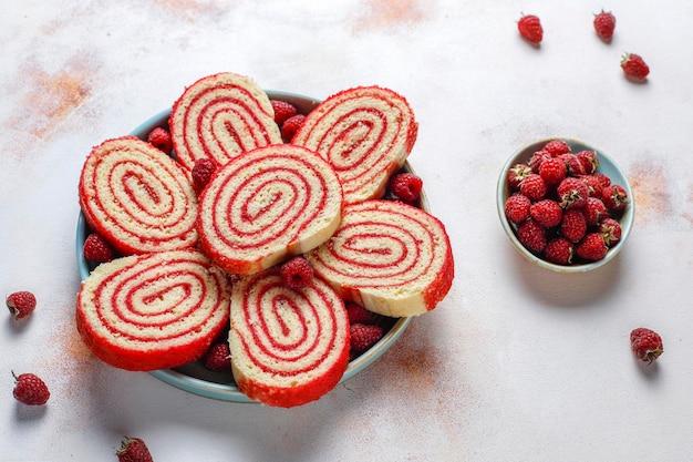Rollo de pastel de frambuesa delicioso casero.