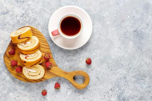 Rollo de pastel de frambuesa con frutos rojos frescos