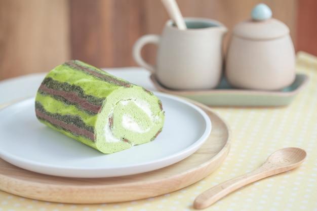 Rollo de pastel de té verde en la mesa
