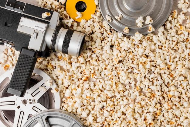 Rollo de película y cámara de videocámara en palomitas de maíz.