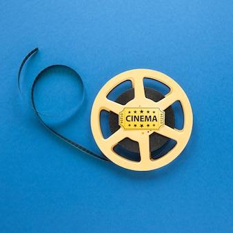 Rollo de película de cine sobre fondo azul.