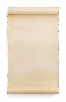 Rollo de pergamino aislado en blanco