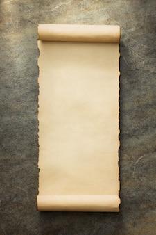 Rollo de pergamino en el fondo antiguo