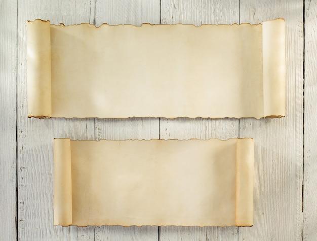 Rollo de pergamino sobre fondo de madera