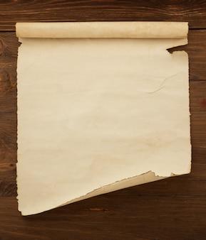 Rollo de pergamino sobre madera