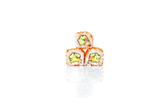 Rollo de sushi aislado con reflexión.