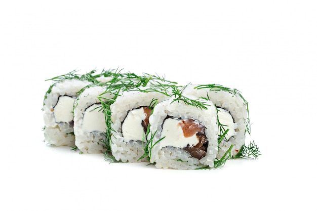 Rollo de sushi aislado sobre fondo blanco.