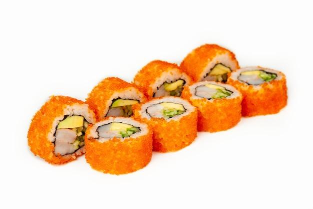 Rollo de sushi california roll sobre un fondo blanco.