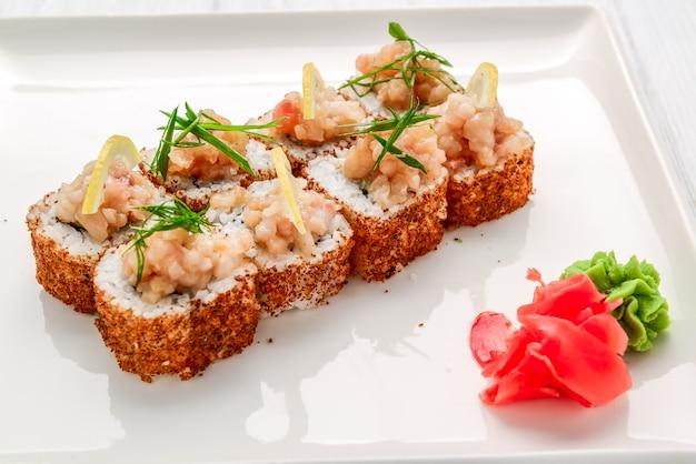Rollo de sushi frito caliente con salmón, aguacate y queso. comida japonesa.