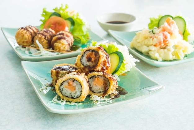 Rollo de sushi frito con salmón