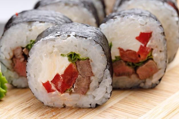 Rollo de sushi maki servido en placa cerrar