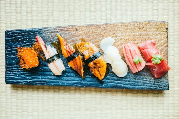Rollo de sushi nigiri crudo y fresco
