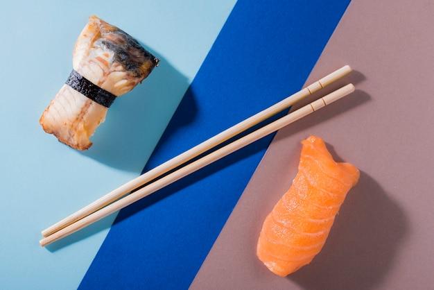 Rollo de sushi con salmón en la mesa