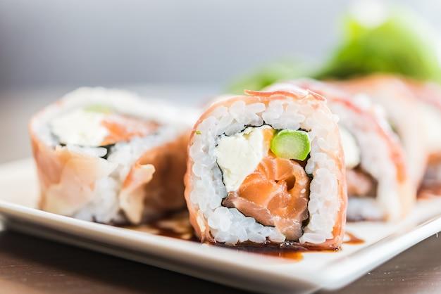 Rollo de sushi de salmón