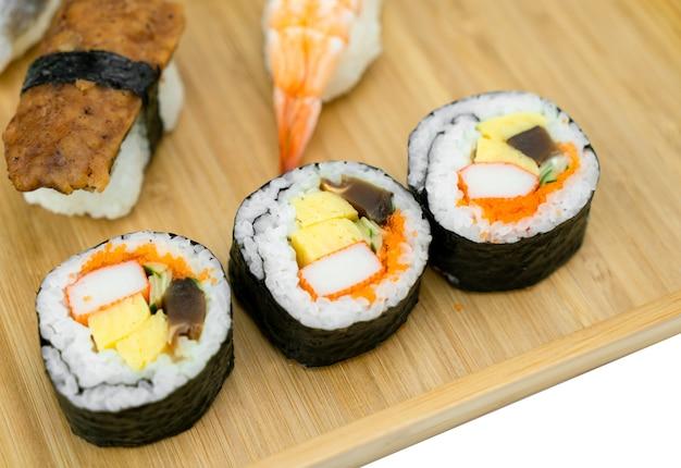 Rollo de sushi sobre fondo negro. concepto de comida de japón