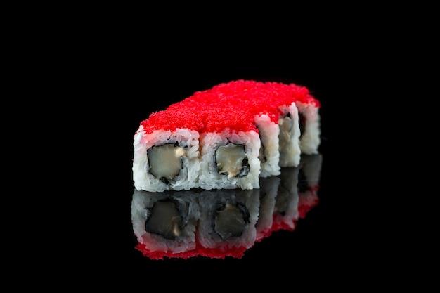 Rollo de sushi sobre un fondo negro reflexión comida japonesa cerrar