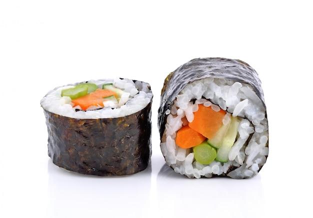 Rollo de sushi con vegetales aislados