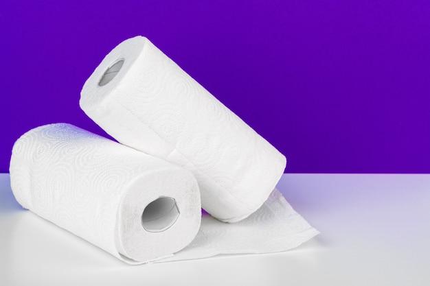 Rollo de toalla de papel sobre la mesa