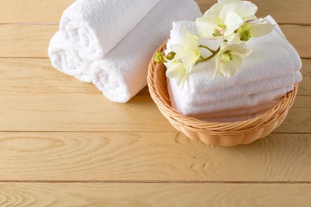 Rollo de toallas con flor